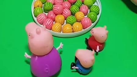 乔治要吃糖葫芦,猪奶奶就给买了,结果佩奇要吃不给买