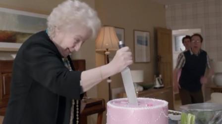 母亲过生日,女儿藏蛋糕下准备惊喜,不料母亲一刀切了下去