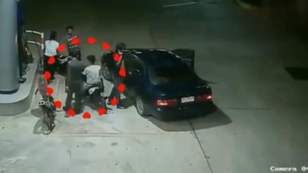 警察半夜加油站查车,监控拍下惊险的一幕!