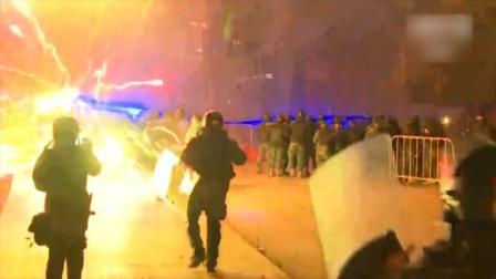 黎巴嫩示威者朝警察放烟花,遭水炮催泪弹反击