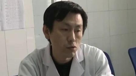 山东济宁:老人骑车不慎摔倒 医护夫妻分工救人  超级新闻场 20200119 超清版