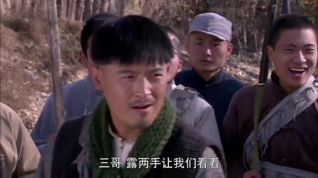 练刺刀被击倒,男子想小伙解释,以前种庄稼打猎没拼过刺刀