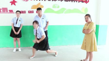 學霸王小九校園劇老師讓學生砸水瓶作考試成績全班都是滿分沒想學霸卻考了0分