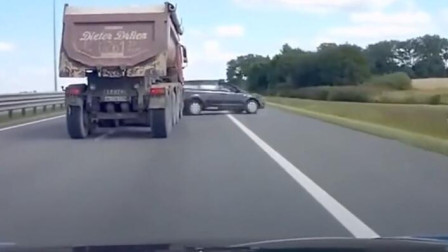 大货车强行变道,惨把一旁小车坑!