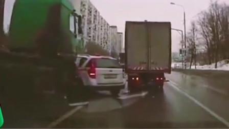 一辆出租车强行加塞,结果被两辆大货车夹在了中间,真是缺少社会的毒打!