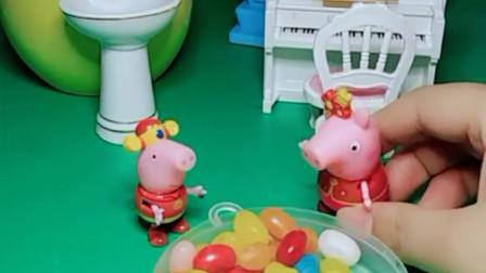 佩奇给乔治拿来糖果,乔治的手很脏,佩奇就拿着糖果喂乔治吃。