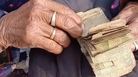 過年回家農村的奶奶要給我壓歲錢看著奶奶的錢眼角酸酸的