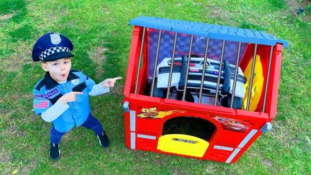 好奇怪!萌宝小正太的车子为何会被锁在玩具屋里面?趣味玩具故事