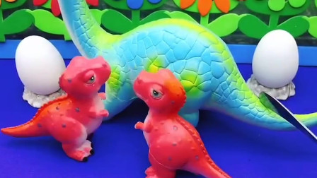 恐龙妈妈带着小恐龙去玩了,小恐龙好开心哦!