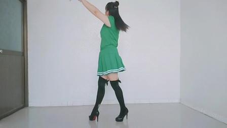 单人水兵风格广场舞《爱江山更爱美人》老歌新跳,别有一番滋味
