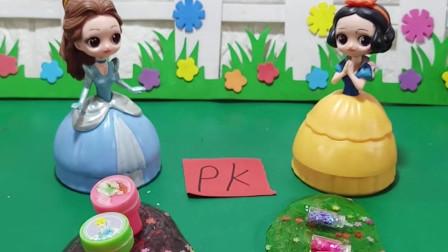 白雪和贝尔在玩起泡胶,她们还要装饰,你们喜欢谁装饰的呢?