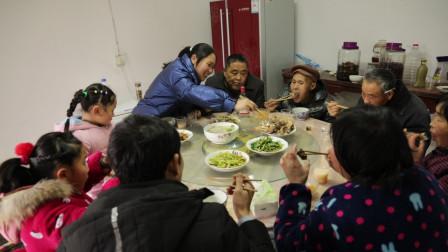 胖妹家小年夜真热闹,老爸炖一锅农村土货,9人围一桌吃过瘾