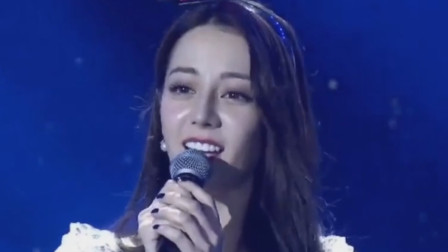 不当歌手可惜了!迪丽热巴甜美翻唱《追光者》,惊艳人的耳朵
