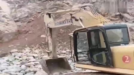 厉害了,第一次见女司机开挖掘机,这技术一看就是蓝翔毕业的!