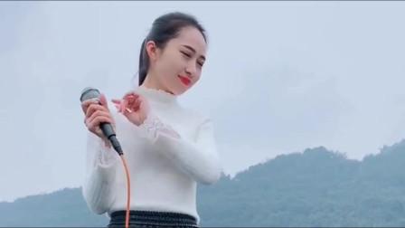 爱唱歌的漂亮媳妇,一首情歌《陪你一起变老》,撩动了心弦!