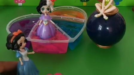 花仙子抓了黑雪公主,黑暗王后来救黑雪,花仙子会不会抓他呢?
