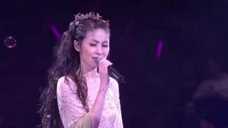 陈慧琳一首粤语金曲《谁愿放手》,现场唱的太动情,造型超美!