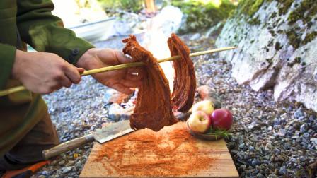 大叔野外用特殊方法煮羊排,看上去味道就很不错!