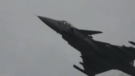 瑞典的鹰狮战斗机在空中机动飞行,先进的轻型战机