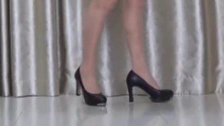 洋雪梅广场舞《一位美女  她的身材让人按耐不住  我悄悄走到她的面前  想找个机会抛个媚眼------》