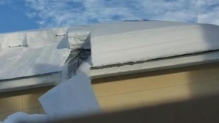 日本清除房顶厚厚积雪神器,将厚厚积雪切割成块沿着光滑布条滑落