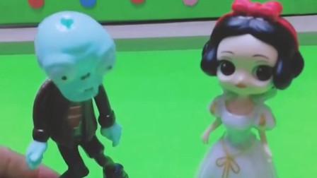 白雪给小僵尸糖果,奥特曼看到以为小僵尸要抓白雪,快帮小僵尸解释清楚吧。