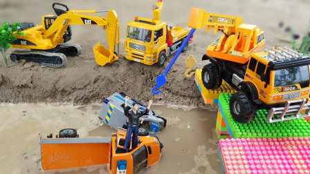 天哪!工程车为何会掉进水里呢?原因竟是这样?趣味玩具故事