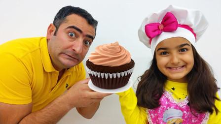 好期待!萌宝小萝莉的姐姐能做出美味的蛋糕给爸爸吃吗?趣味玩具故事