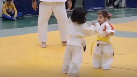 姐姐参加摔跤比赛,弟弟却误以为姐姐被欺负,下一秒反应暖哭了!