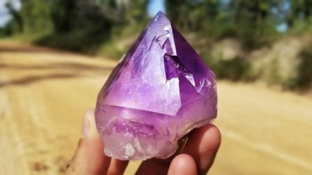 男子野外探险时,意外发现罕见巨大紫色水晶石,下一秒直呼发财了!