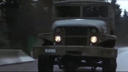 第一滴血:兰博抢下一辆汽车,开着汽车冲破众人的封锁线,精彩!