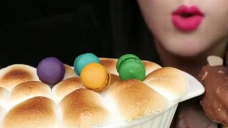 美女吃迷你彩虹马卡龙+梦龙雪糕+烤棉花糖,满满的大能量,你喜欢吗?
