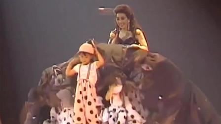 徐小凤演唱会,裙子里面竟然藏了一群小朋友,小凤姐太搞笑了