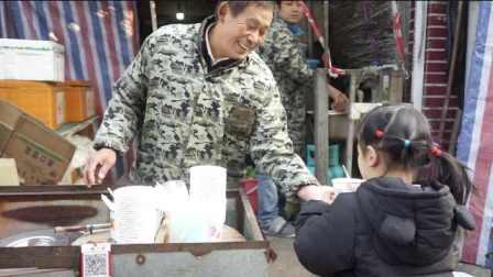 """老人卖33年豆腐脑,1元1碗用上好黄豆,不涨价被老顾客""""怼"""""""