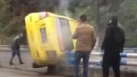 出租车侧翻冒起白烟 路过市民及时解救被困乘客