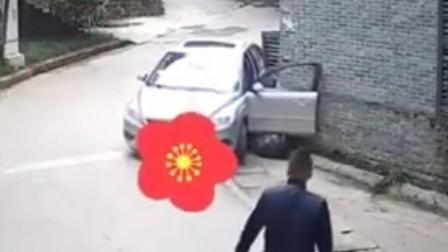 男子倒车时将油门当刹车 车辆失控自己被卡在车门下
