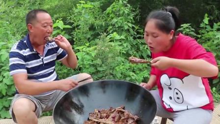 天气太热家里的鹅都中暑了,胖妹干脆用铁锅给炖了,和公公吃得真香
