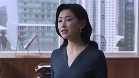 精英律师:栗娜拿罗槟当敌人,一袭深V连衣裙美艳动人。