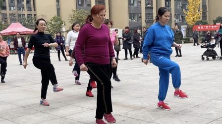 胖子大妈跳鬼步舞减肥,刚开始不太会,就慢慢跳,每天跳,效果好