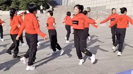 广场鬼步舞大型齐舞,双人对跳,步伐飘逸,路人纷纷围观