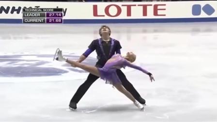 花样滑冰女选手连续两次重重摔倒 忍着疼痛完成比赛,看着好心疼