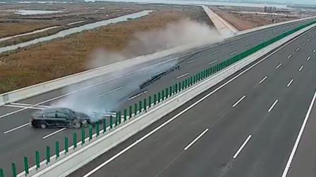 轿车高速路上演惊险漂移:划出数百米黑印
