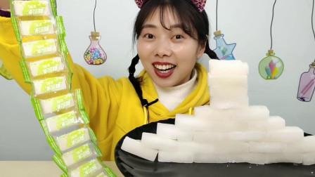 """小姐姐吃趣味零食""""薄荷糖"""",雪白方块似迷你板砖,超甜微微凉"""