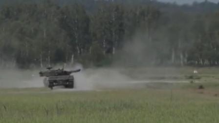 德国豹2坦克奔跑起来气势磅礴,激起地面白色尘埃犹如是一辆蒸汽坦克,
