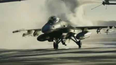 美军F16战机起飞前清除身上的冰霜