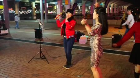 街头艺人小红翻唱《敬你一碗青稞酒》,两大美女在旁边伴舞