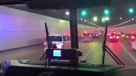 消防出警途经拥堵隧道 私家车主拉链式变道让行消防车