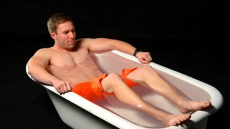 """老外花式挑战,在""""液体玻璃""""中泡澡,结果不到3秒就后悔了!"""