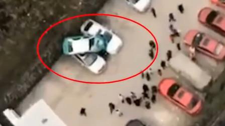 """出租车冲下几十米陡坡 """"叠罗汉""""砸中2辆小车"""