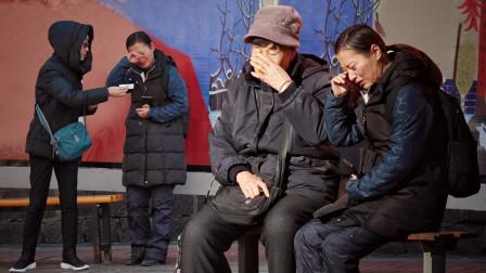 过年不能回家的母亲在街头哭泣,意外收获了路人们的温暖鼓励